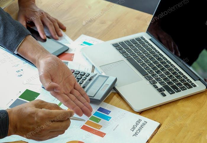 Office-Mitarbeiterteam analysiert die Arbeit aus den Datendiagrammen.