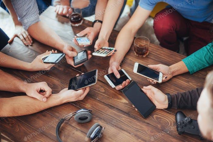 Draufsicht Hände Kreis mit Telefon im Café - Multirassische Freunde. Konzept der Teamarbeit