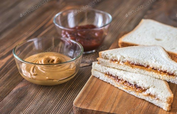 Ein Sandwich mit Erdnussbutter und Gelee