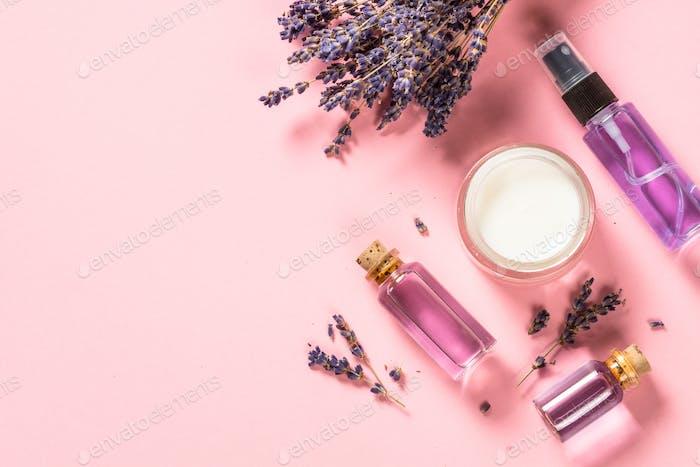 Natürliche Lavendel Kosmetik auf rosa