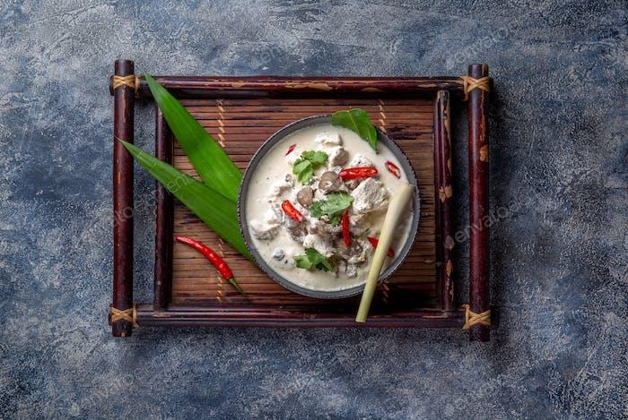 Thai-Huhn Pilz Kokosmilchsuppe Tom Kha Gai in Schüssel mit thailändischen Gewürzen