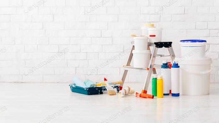 Malerei Wände in der neuen Wohnung mit Leiter und Instrumente