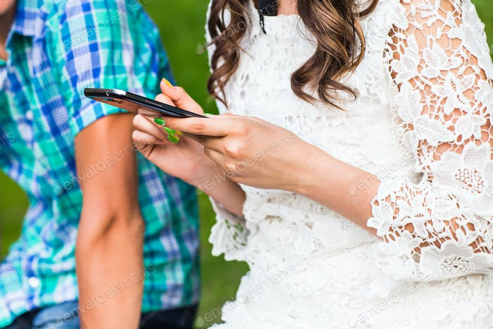 Пара смотрит на свои смартфоны