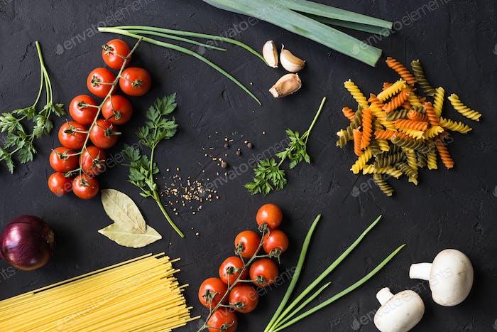 Frische Zutaten zum Kochen von Nudeln, Tomaten, Zwiebeln, Knoblauch, Kräutern