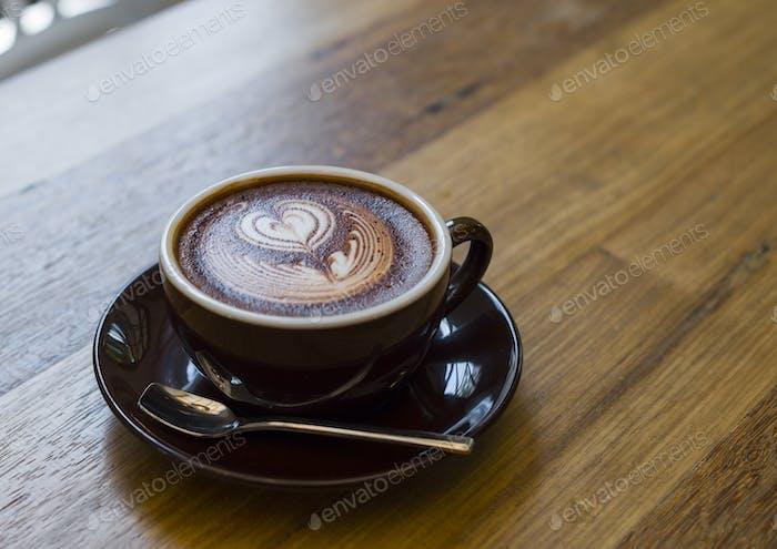 Kaffeeschaum Kunst auf Holztisch