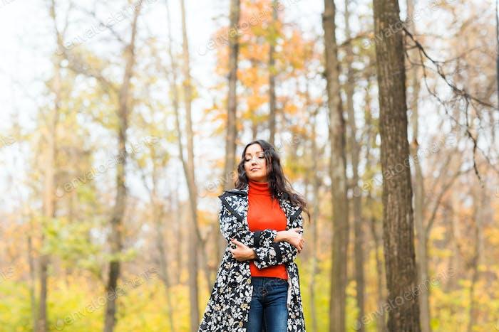 Street Fashion Konzept - Nahaufnahme Porträt eines hübschen Mädchens. Schöne Herbstfrau.