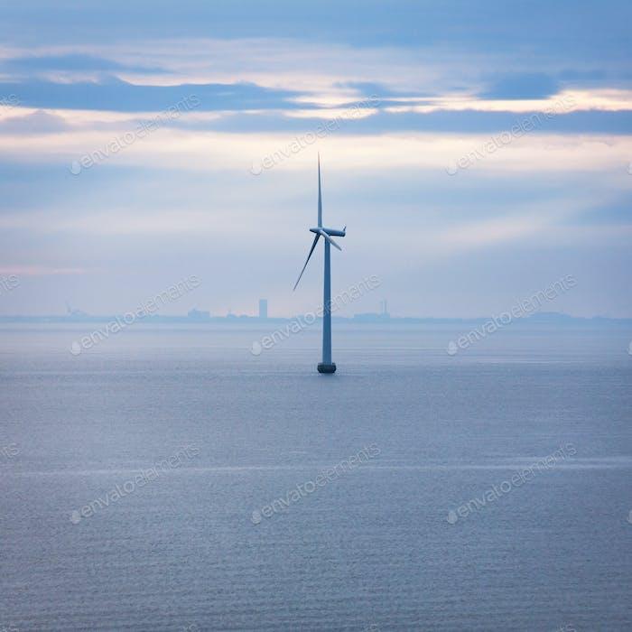 eine Turbine von Offshore-Windpark am Morgen