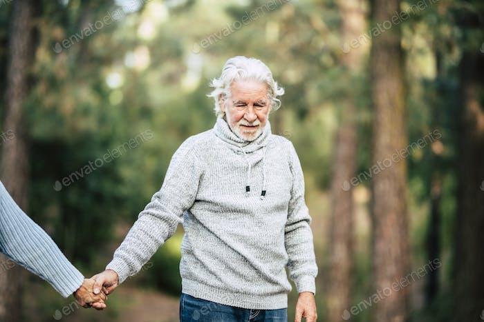 Помощь и проблемы болезни Альцгеймера для пожилых людей