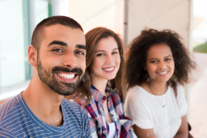 Studenten auf dem Schulgelände