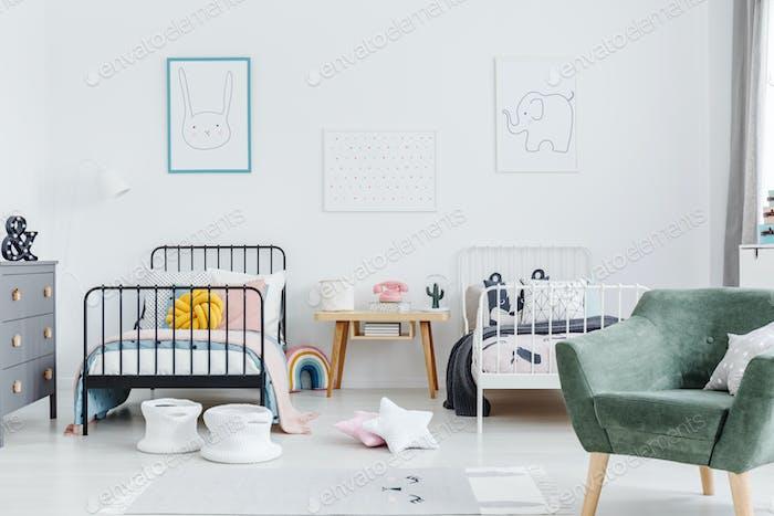 Helle skandinavischen Stil Schlafzimmer Interieur mit zwei Metallrahmen