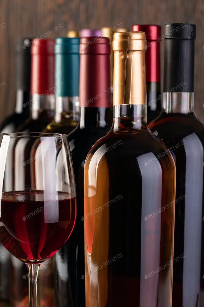 Reihe von Vintage-Weinflaschen