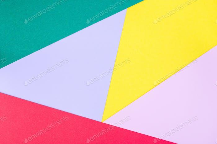 Abstrakter Hintergrund, geometrisches Muster aus grünem, violettem, rotem, rotem und gelbem Papier
