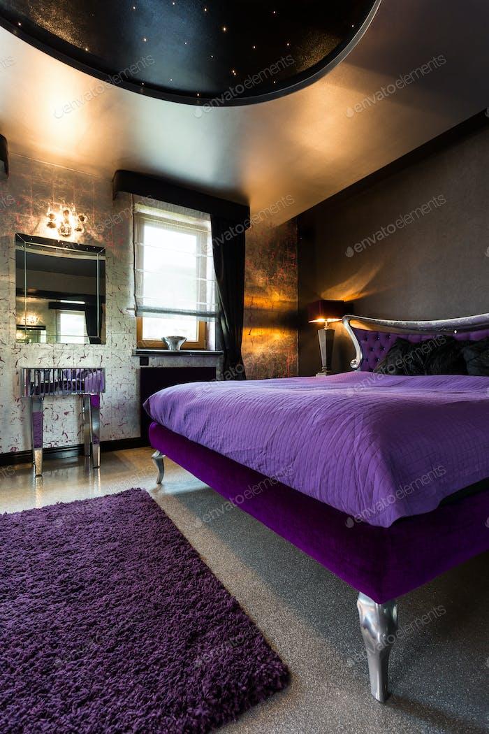 Elegantes stilvolles Schlafzimmer mit großem Bett