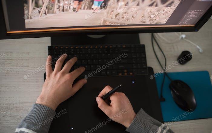 diseñador gráfico en la vista superior del Trabajo