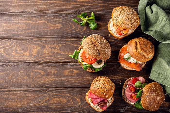 Verschiedene Sandwiches auf Holztisch