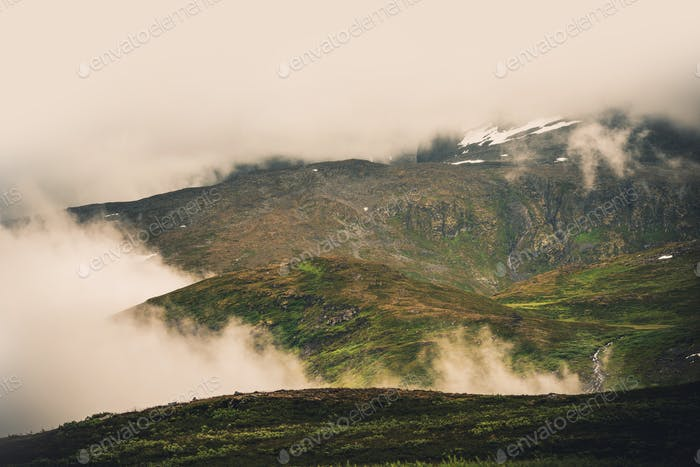 Montagnes norvégiennes brumeuses