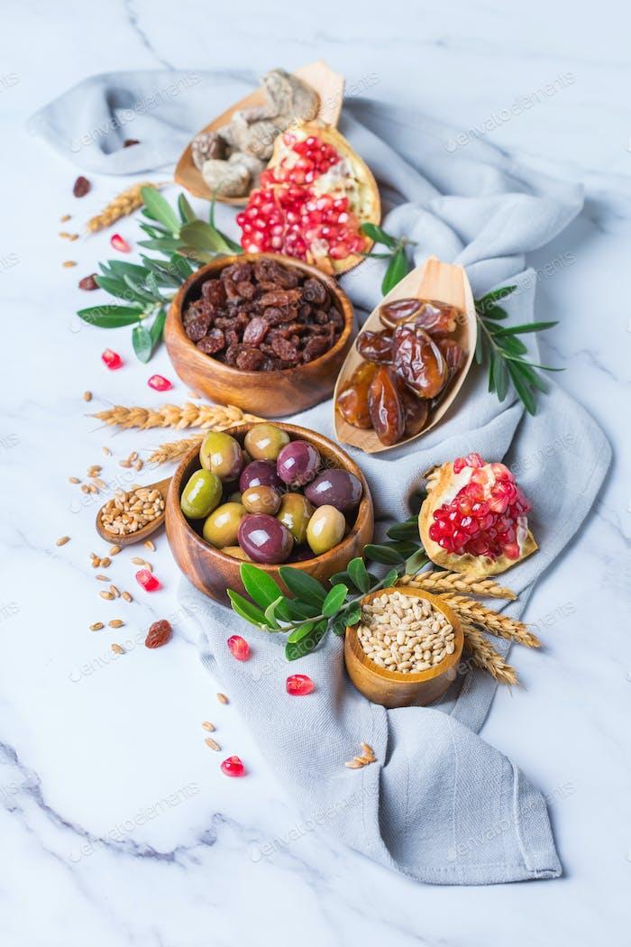 Tu Bishvat Urlaub Symbole - getrocknete Früchte, Granatapfel, Gerste, Weizen