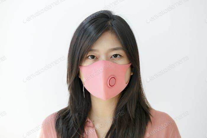 Mujer coreana usando una mascarilla