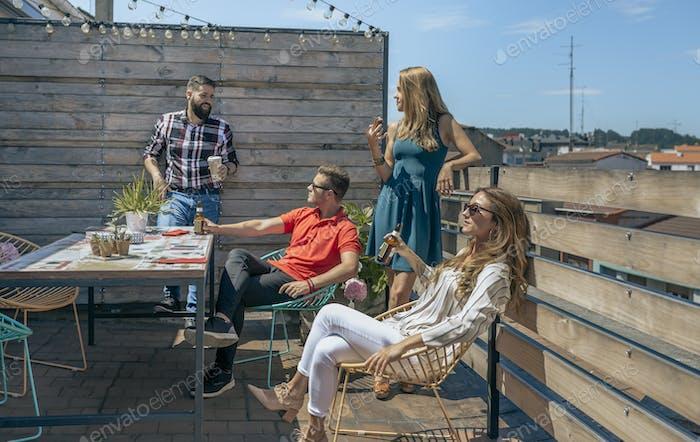 Büroangestellte ruhen auf der Terrasse