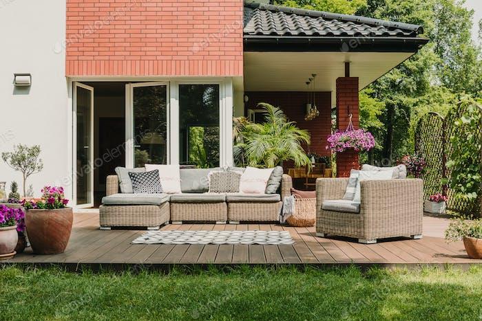 Elegante Gartenmöbel auf der Terrasse des Vorstadthauses
