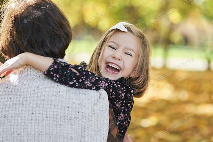 Porträt von glücklich Mädchen umarmen Ihr daddy