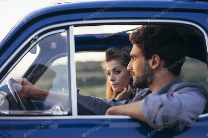 Junges Paar Reise mit Oldtimer