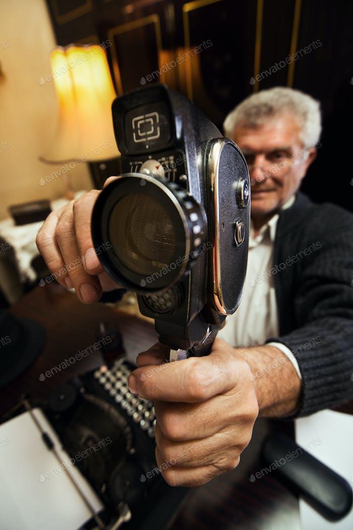 Senior Man hält Video amera