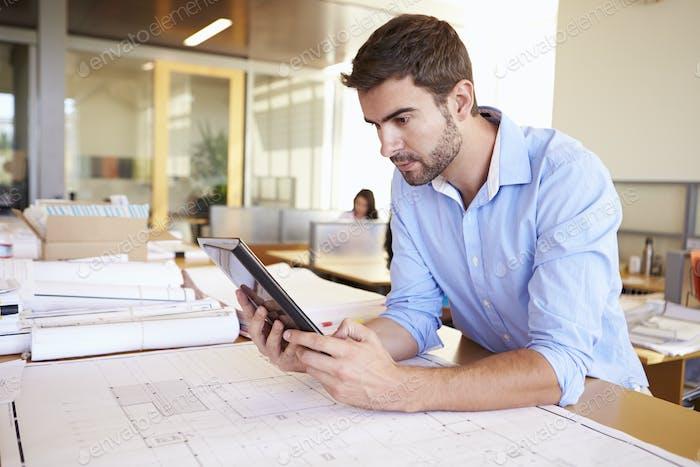 Arquitecto Masculino Con Tableta Digital Estudiando Planes En Oficina