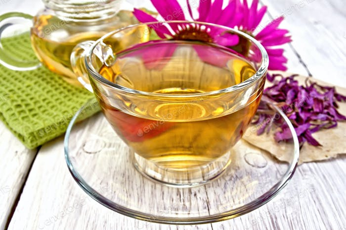 Tea Echinacea in Glasschale an Bord mit Serviette