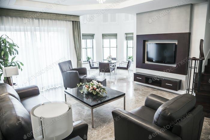 Modernes Wohnzimmer mit Fernseher.