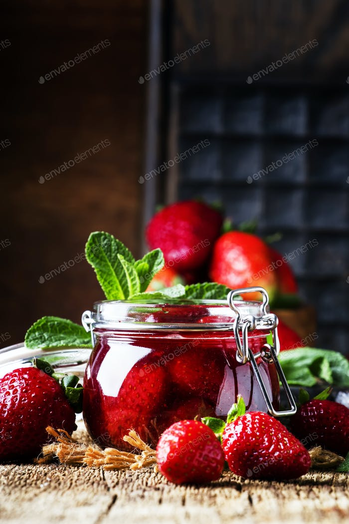 Strawberry confiture with whole berries