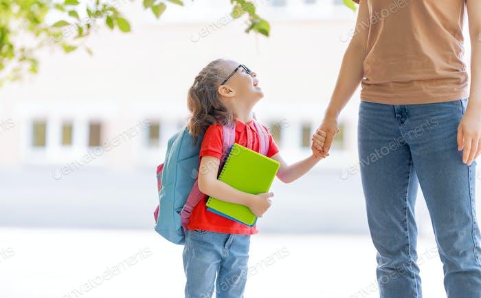 Eltern und Schüler gehen zur Schule