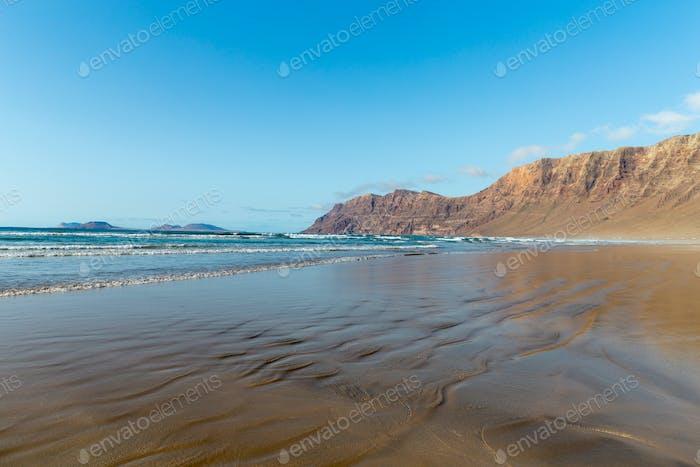 Vista a la playa en Caleta de Famara, Lanzarote.