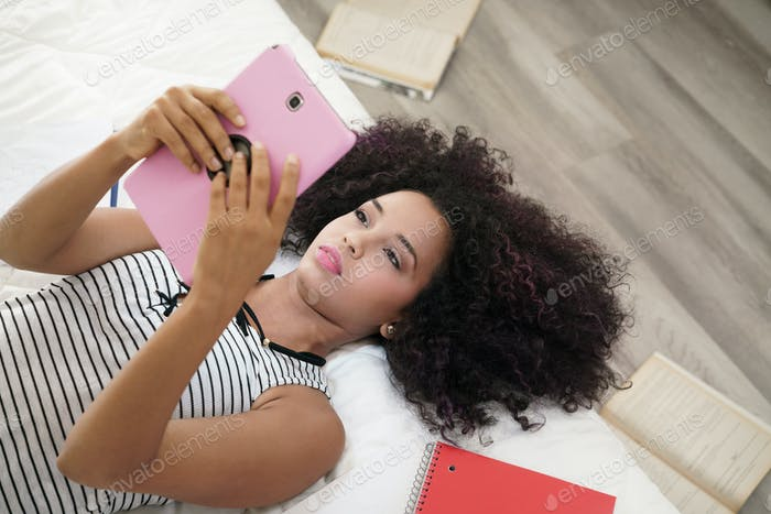 Hispanic Mädchen Mit Digital Tablet Für Schule Hausaufgaben