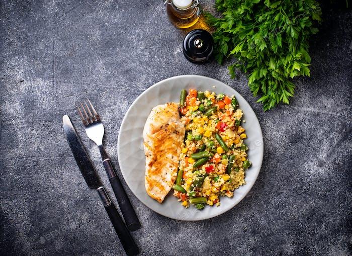 Gegrilltes Hähnchenfilet mit Gemüse