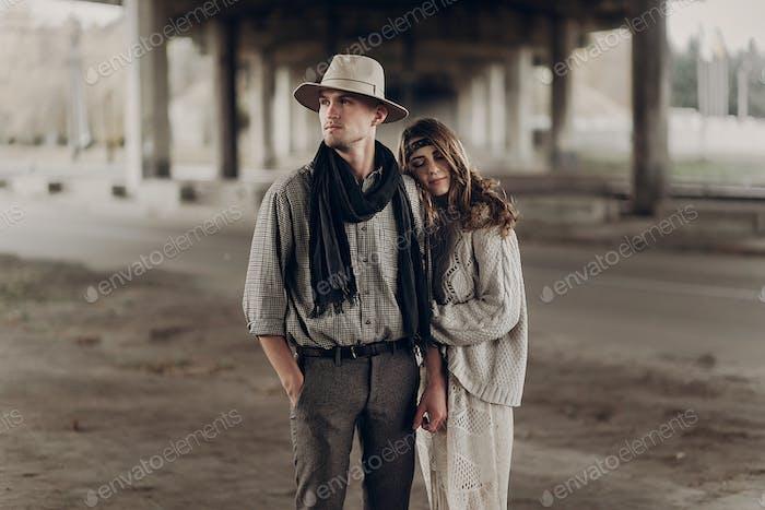 Texas Cowboy Mann in weißen Hut Hand Hand mit schönen Zigeunerin