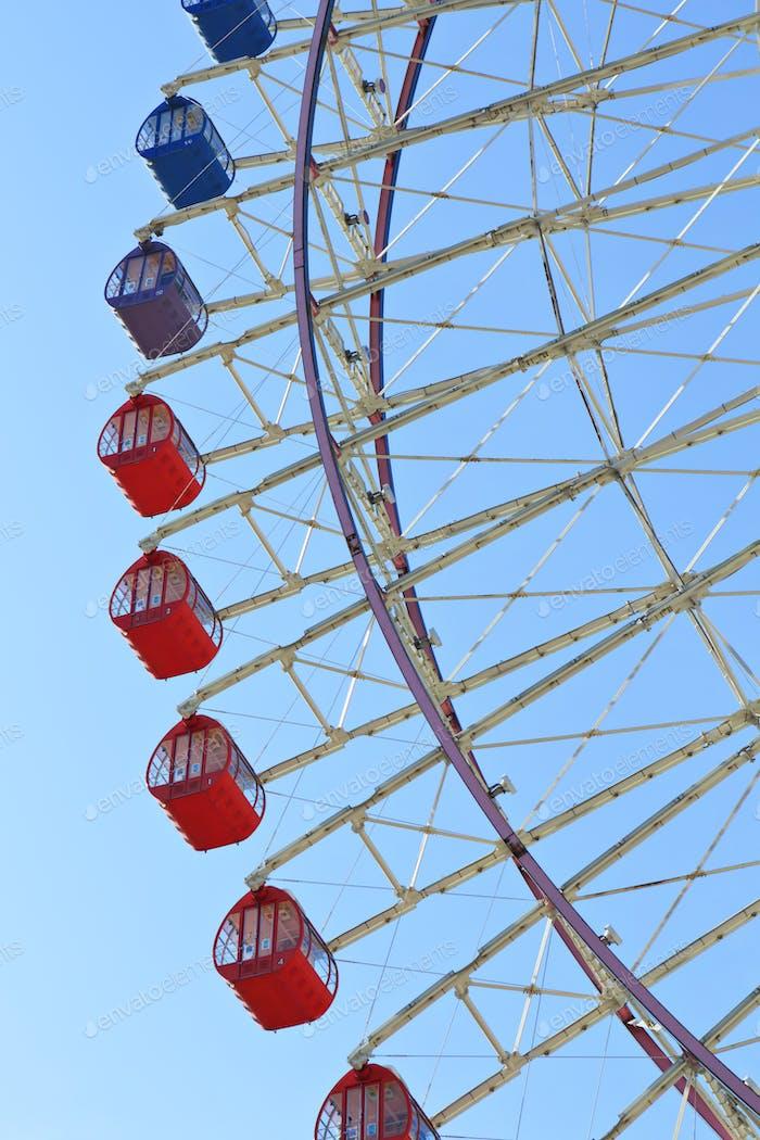 Riesenrad gegen blauem Himmel