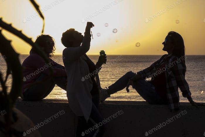 Amistad para las mujeres durante la puesta de sol - emoción y sentimiento con colores dorados