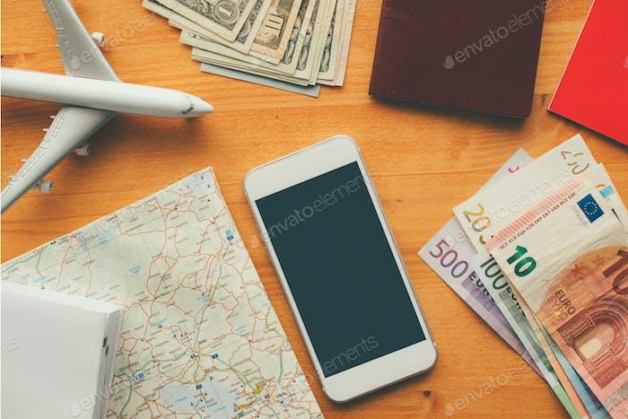 Overhead-Ansicht des Urlaubs-Reise-Konzepts mit Smartphone blacnk