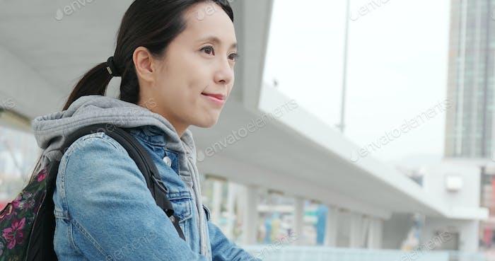 Mujer mirando lejos y sonriendo