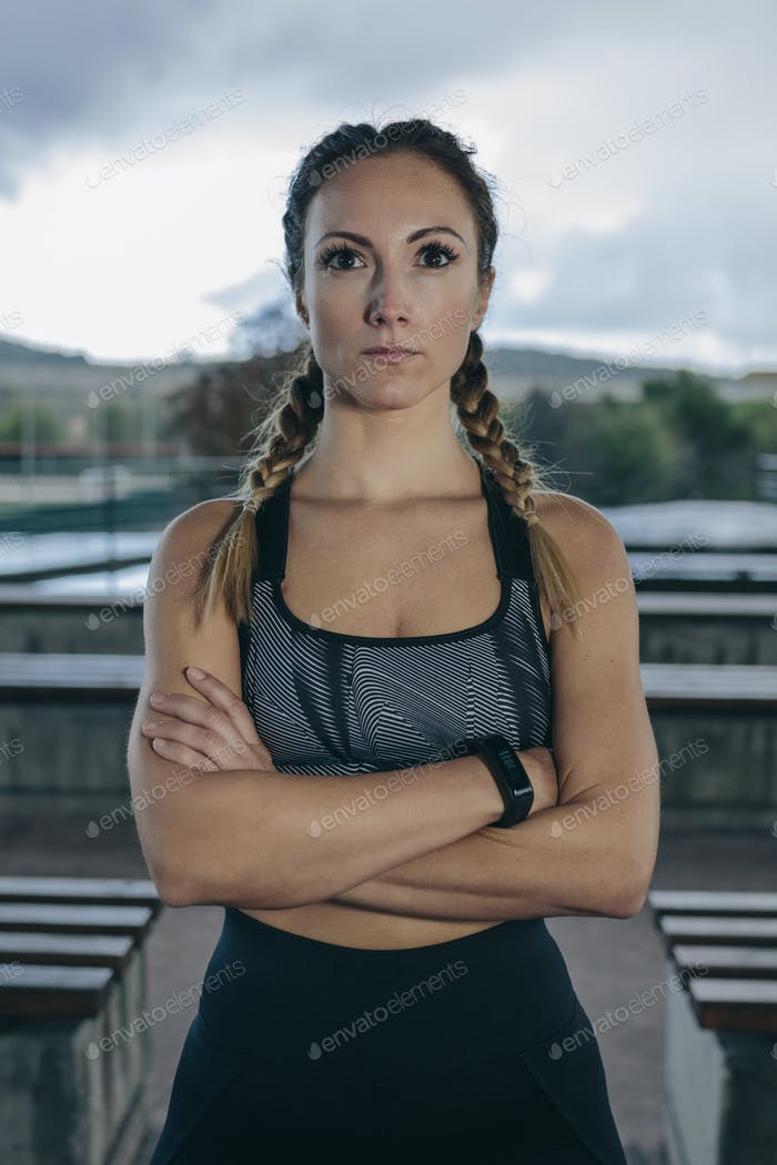 Sportlerin posiert verschränkte Arme