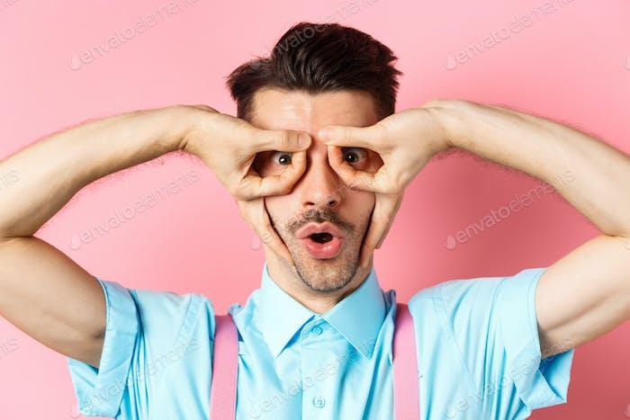 Primer plano del gracioso caucásico con bigote y cerdas, de pie en tirantes y haciendo