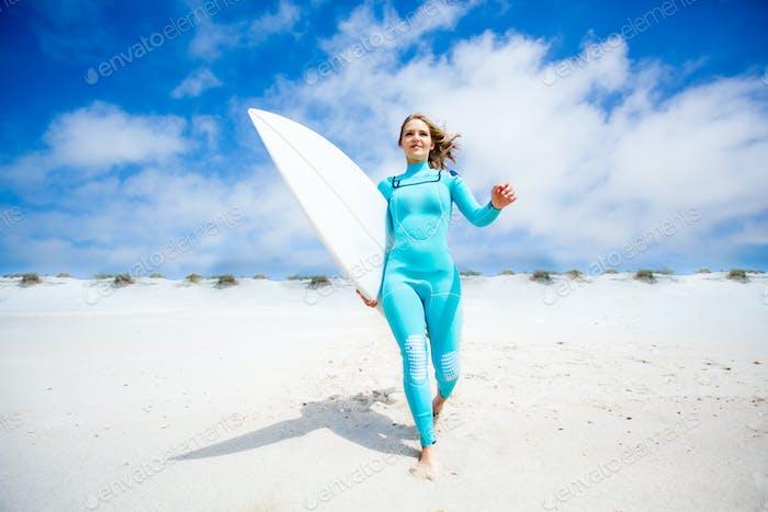 Surfer Mädchen am Strand