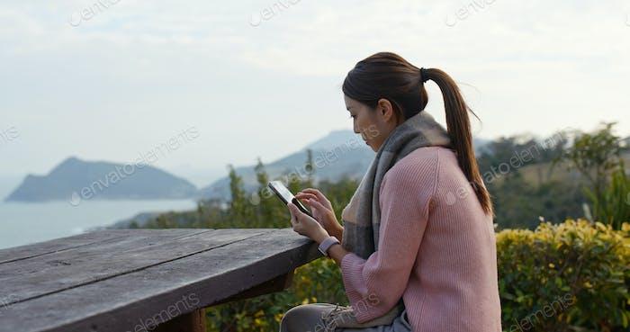 Frau Nutzung des Mobiltelefons auf dem Land