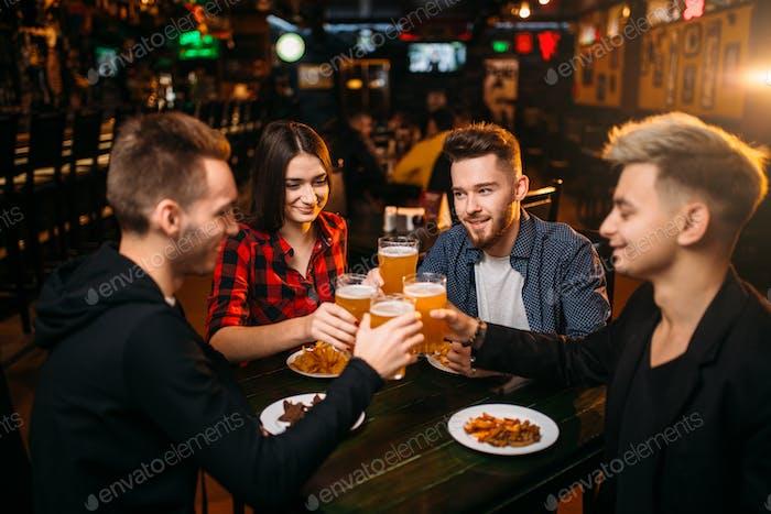 Gruppe von Freunden, die Spaß in einer Sportbar haben