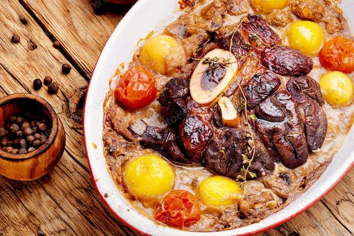 Rindfleisch mit Kartoffeln in Pilzsauce