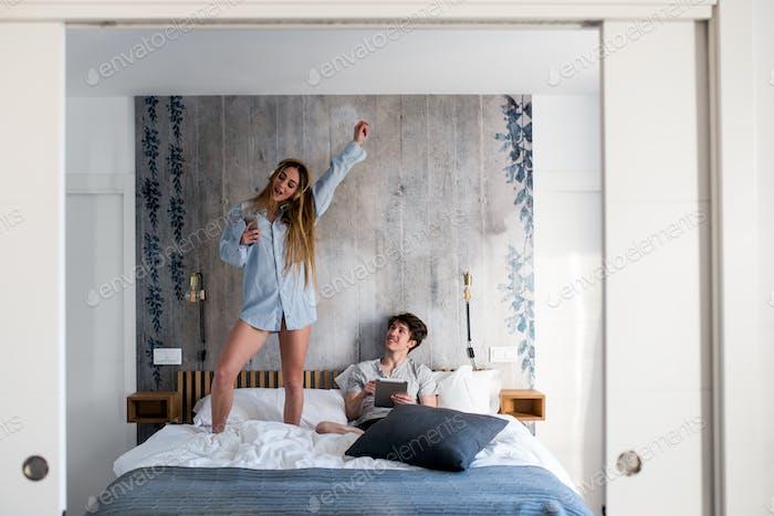 Paar mit Spaß auf dem Bett zu Hause