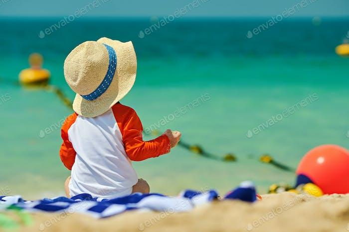 Zwei Jahre alt Kleinkind Junge Strand