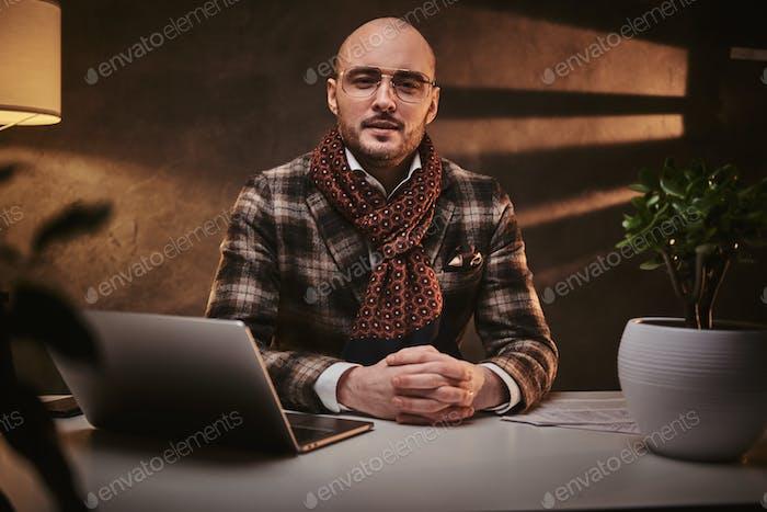 Thumbnail for Уверенный европейский красивый бизнесмен сидит в офисе