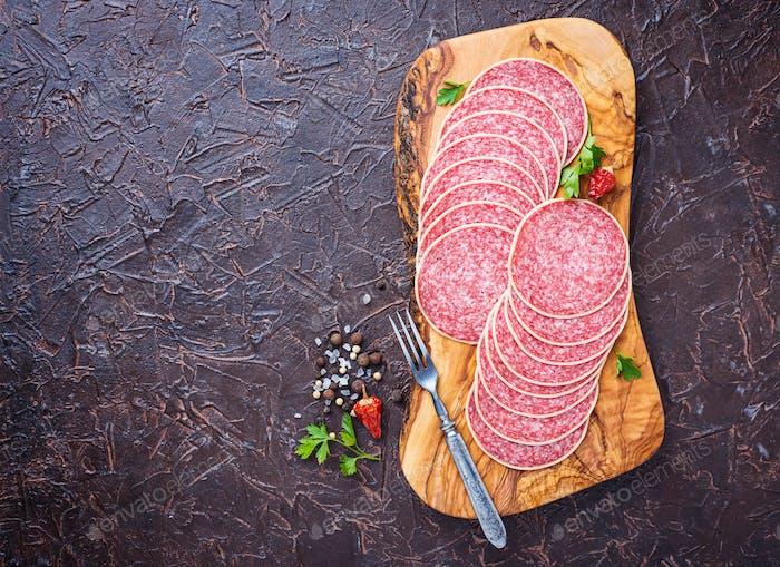 Italienische Salami-Wurst auf Holzbrett.